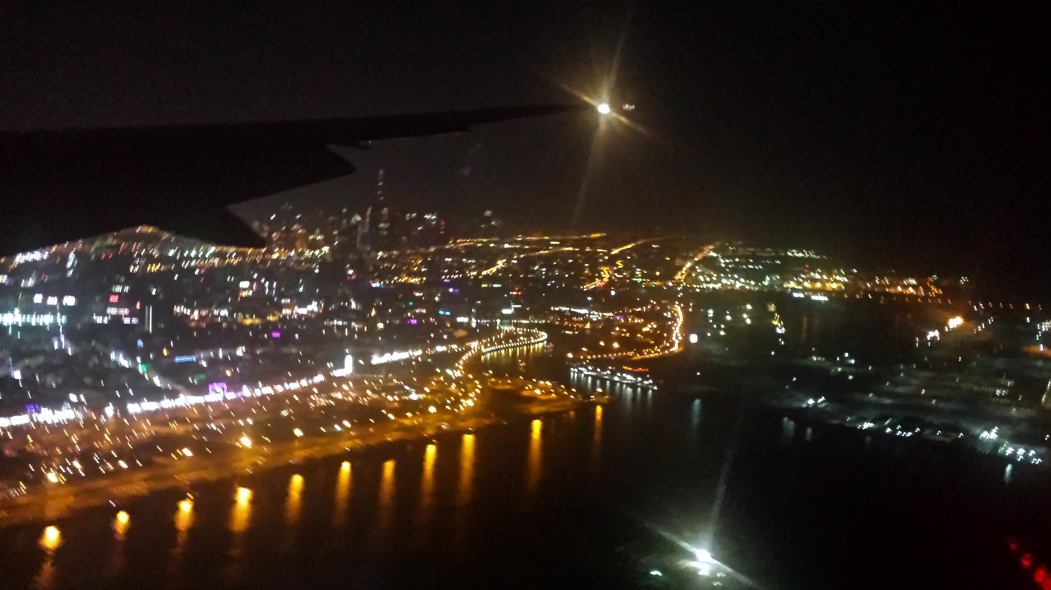 Wycieczka do Dubaju widok z okna samolotu dubaj nocą nightview