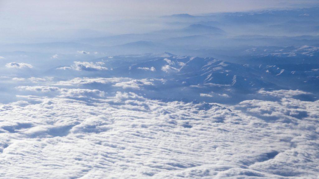 Wycieczka do Dubaju widok z okna samolotu sky
