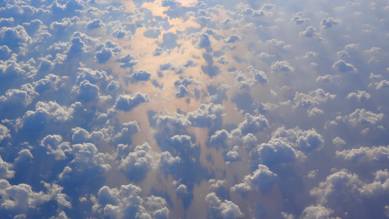 Wycieczka do Dubaju widok z okna samolotu chmury